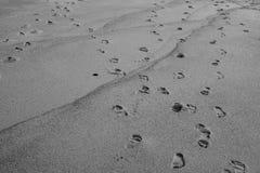 Kroki w piasku na plaży zdjęcia stock
