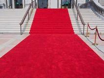 Kroki z czerwonym chodnikiem Zdjęcia Royalty Free