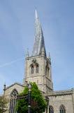 Krokig tornspira med vägmärken Royaltyfri Bild