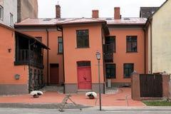 Krokigt hus i mitt av den Cesis staden, Lettland fotografering för bildbyråer