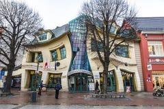Krokigt litet hus Krzywy Domek i Sopot, Polen Arkivbilder