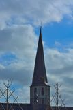Krokigt torn av en kristen kyrka arkivfoton