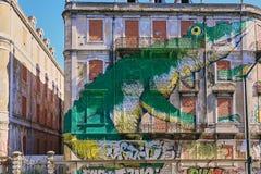 Krokodil in de stad royalty-vrije stock afbeeldingen