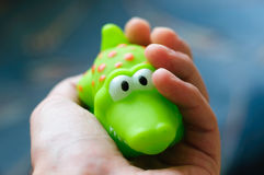 Krokodil in een hand Royalty-vrije Stock Afbeeldingen
