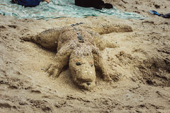 Krokodil gemacht vom Sand auf dem Strand Lizenzfreie Stockfotografie