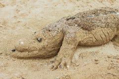 Krokodil gemacht vom Sand auf dem Strand Lizenzfreie Stockfotos