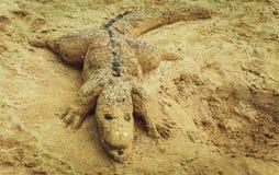 Krokodil gemacht vom Sand auf dem Strand Stockfotografie
