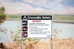 Krokodilwaarschuwingsbord in binnenland Australië stock afbeelding