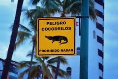 Krokodyla znak ostrzegawczy przy Pacyficznego oceanu marina w Marina Vallarta, puerto Vallarta, Meksyk fotografia stock