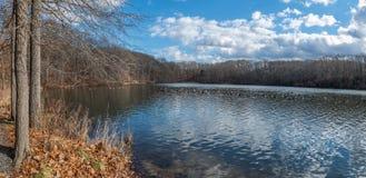 Kroks liten vik panorama för sjö royaltyfria foton
