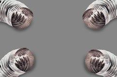Krom fyra korrugerade armbågar av rör för luft, vatten, olja eller gas i hörn på grå bakgrund fotografering för bildbyråer