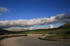 Kromme met wolk & blauwe hemel stock fotografie