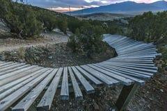 Kromme van een houten berm bij zonsondergang stock afbeeldingen