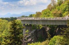 Kromme van Linn Cove Viaduct Blue Ridge-Brede rijweg met mooi aangelegd landschap Noord-Carolina Royalty-vrije Stock Foto