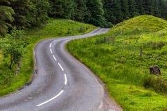 Krommen op weg in Schots platteland Stock Afbeeldingen
