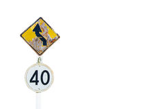Krommeweg en de weg van het maximum snelheidteken op witte achtergrond wordt geïsoleerd die royalty-vrije stock fotografie