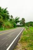 Krommeweg en regenwoud in de berg van Thailand Royalty-vrije Stock Afbeelding