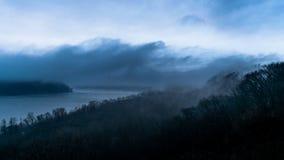 Kromming in de Susquehanna-rivier, op een zeer bewolkte, nevelige, en humeurige die dag, van Chickies-het Park van de Rotsprovinc stock afbeelding