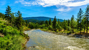 Kromming in Nicola River aangezien het van de stad van Merritt aan Fraser River bij de stad van Spences-Brug stroomt royalty-vrije stock foto
