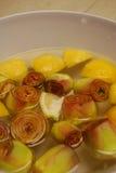 Kronärtskockor i bunke med citronen Royaltyfri Bild