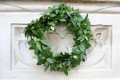 Krona av leaves på en gravestone royaltyfri fotografi