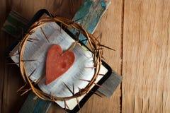 Krona av taggar på det wood skrivbordet royaltyfri fotografi