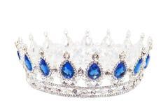 Krona med safir som isoleras på vit bakgrund kungligt symbol Royaltyfria Bilder