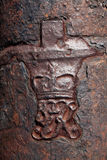 Krona och kunglig nolla på den gamla kanonen i det karibiskt Royaltyfri Foto