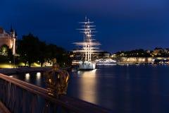 Kronan på den Skeppsholmen bron stockholm sweden Arkivbild