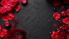 Kronblad för röda rosor, stearinljus som daterar tillbehör, boxades gåvor, hjärtor, paljetter