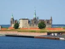 Kronborg przeciw pogodnemu niebieskiemu niebu, UNESCO światowego dziedzictwa miejsce w Helsingor obraz stock
