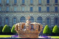 Krone auf dem Hintergrund Royal Palaces in Stockholm lizenzfreie stockfotografie