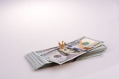 Krone gesetzt auf Amerikaner 100 Dollarbanknoten auf Weiß Lizenzfreies Stockbild