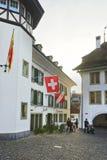 Kronehotell och flaggor i staden Hall Square av Thun Royaltyfri Bild