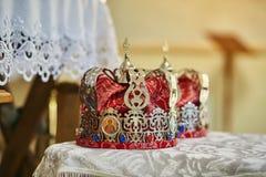 Kronen in der Kirche bereit zur Heiratszeremonie lizenzfreies stockfoto
