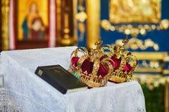 Kronen in der Kirche bereit zur Heiratszeremonie stockfoto