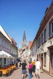 Kronenstrasse con la chiesa di Gesù del cuore in Ettlingen Fotografia Stock Libera da Diritti
