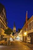 Kronenstrasse con la chiesa di Gesù del cuore in Ettlingen Immagine Stock