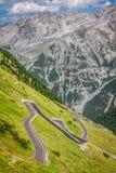 Kronkelige bergweg in het Italiaans Alpen, Stelvio-pas, Passo DE stock foto