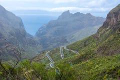 Kronkelige weg aan Masca-dorp, Tenerife, Canarische Eilanden, Spanje stock foto