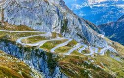Kronkelige weg aan St Gotthard Pass in de Zwitserse Alpen stock foto