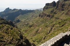 Kronkelige weg aan stad van Masca, Tenerife Stock Fotografie