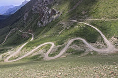 Kronkelige weg in de bergen Stock Afbeelding