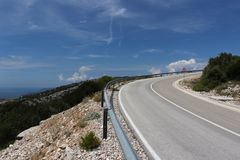 Kronkelige weg die aan een berg stijgen royalty-vrije stock afbeeldingen
