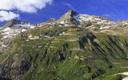 Kronkelige weg die alpiene passen Furka en Grimsel in Zwitserse Alpen verbinden Royalty-vrije Stock Foto