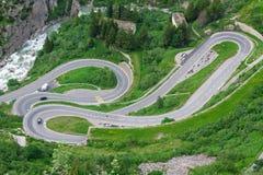 Kronkelweg in Alpen. Zwitserland stock afbeeldingen
