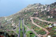 Kronkelweg, wegen en tunnels op het Eiland van Madera Stock Foto's