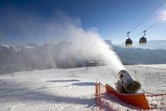 Kronplatz Itália, o 30 de dezembro de 2010 - o esqui inclina-se em um dia ensolarado, cânone da neve na ação Fotos de Stock Royalty Free