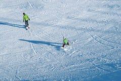 KRONPLATZ, ITALIA - 3 DE FEBRERO: Los esquiadores cruzan abajo de la montaña encendido, 2012, en Ski Resort, está el primero mini Fotos de archivo libres de regalías