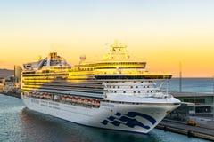 Kronprinsessa Cruise Ship som anslutas på terminalen för Barcelona kryssningport på solnedgången med hotellet för W Barcelona i b royaltyfri foto